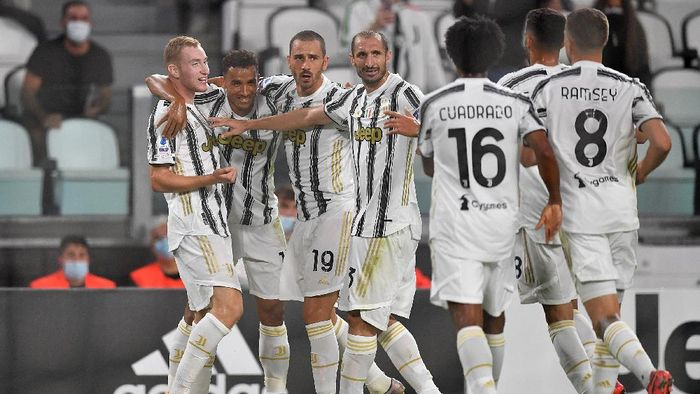 TURIN, ITALY - SEPTEMBER 20:  Dejan Kulusevski (L) of Juventus celebrates the opening goal with team mates during the Serie A match between Juventus and UC Sampdoria at Allianz Stadium on September 20, 2020 in Turin, Italy.  Photo by Valerio Pennicino/Getty Images)