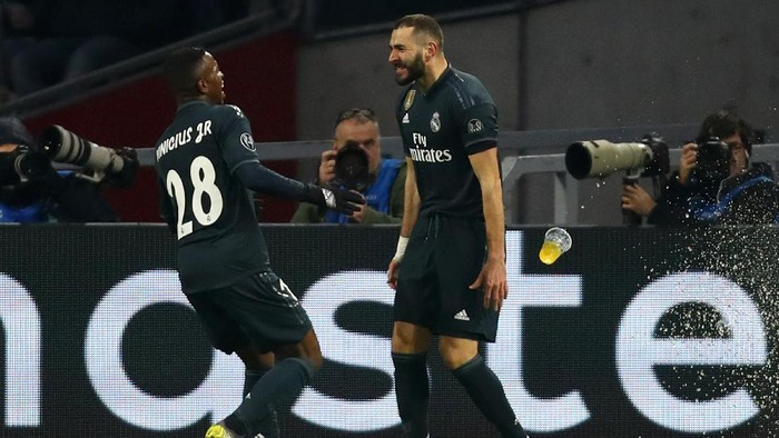 AMSTERDAM, NETHERLANDS - FEBRUARY 13:  Karim Benzema of Real Madrid celebrates after scoring his teams first goal with Vinicius Junior of Real Madrid during the UEFA Champions League Round of 16 First Leg match between Ajax and Real Madrid at Johan Cruyff Arena on February 13, 2019 in Amsterdam, Netherlands.  (Photo by Dean Mouhtaropoulos/Getty Images)