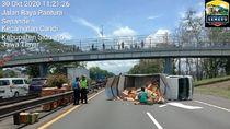 Truk Boks Terguling di Tol Sidoarjo Gegara Pecah Ban