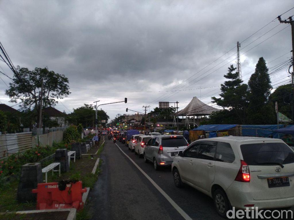 Jalur Puncak Bogor Normal Dua Arah, Lalin Macet di Pasar Cisarua