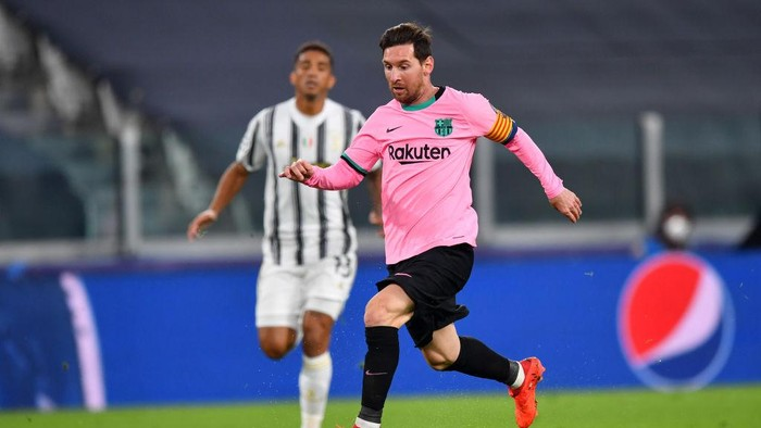 TURIN, ITALY - OCTOBER 28: Lionel Messi of Barcelona runs with the ball during the UEFA Champions League Group G stage match between Juventus and FC Barcelona at Juventus Stadium on October 28, 2020 in Turin, Italy. Sporting stadiums around Italy remain under strict restrictions due to the Coronavirus Pandemic as Government social distancing laws prohibit fans inside venues resulting in games being played behind closed doors. (Photo by Valerio Pennicino/Getty Images)