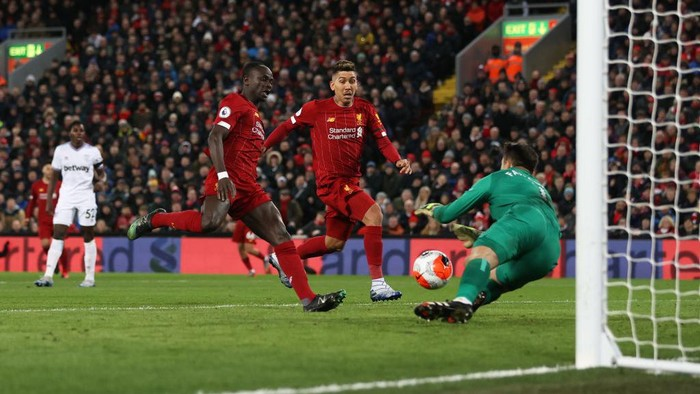 LIVERPOOL, ENGLAND - FEBRUARY 24: Sadio Mané of Liverpool and Roberto Firmino of Liverpool attempt a shot on goal during the Premier League match between Liverpool FC and West Ham United at Anfield on February 24, 2020 in Liverpool, United Kingdom. (Photo by Clive Brunskill/Getty Images)