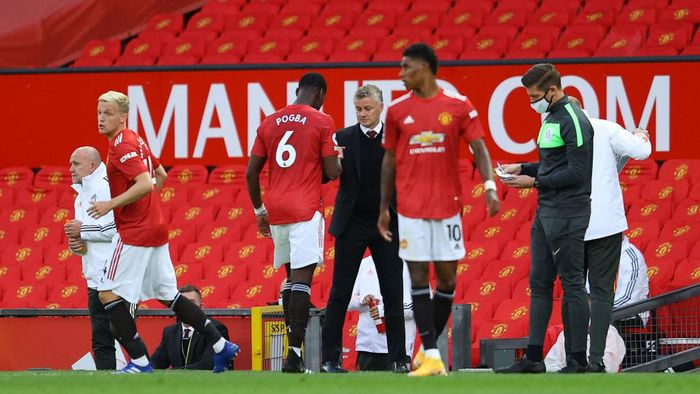 MANCHESTER, ENGLAND - SEPTEMBER 19: Ole Gunnar Solskjaer, Manager of Manchester United greets Paul Pogba of Manchester United as he is substituted off during the Premier League match between Manchester United and Crystal Palace at Old Trafford on September 19, 2020 in Manchester, England. (Photo by Richard Heathcote/Getty Images )