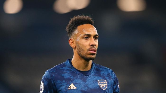 MANCHESTER, ENGLAND - OCTOBER 17: Pierre-Emerick Aubameyang of Arsenal looks on during the Premier League match between Manchester City and Arsenal at Etihad Stadium on October 17, 2020 in Manchester, England. Sporting stadiums around the UK remain under strict restrictions due to the Coronavirus Pandemic as Government social distancing laws prohibit fans inside venues resulting in games being played behind closed doors. (Photo by Alex Livesey/Getty Images)