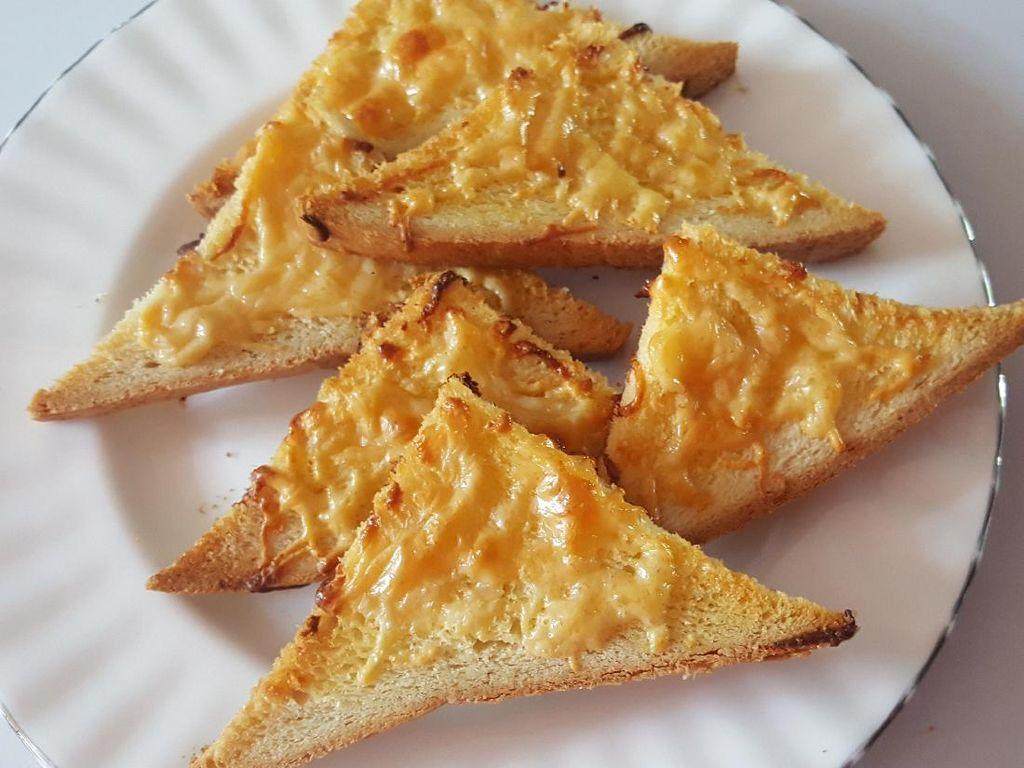 Cukup 3 Bahan Bisa Bikin Roti Panggang Keju dan Bawang yang Renyah