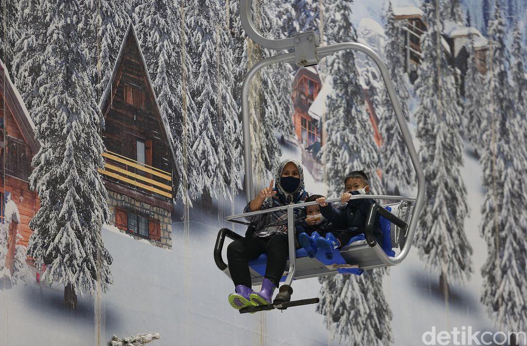 Momen libur panjang dimanfaatkan sejumlah warga untuk berlibur bersama keluarga. Salah satunya main salju di Trans Snow World Bekasi.