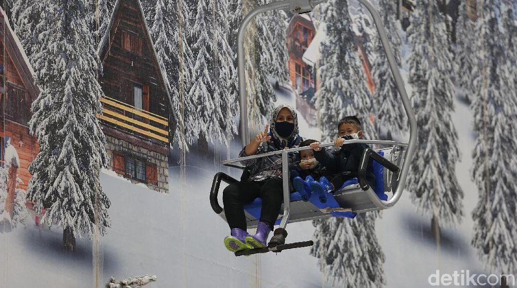 Serunya Main Salju Bersama Kaluarga di Trans Snow World Bekasi