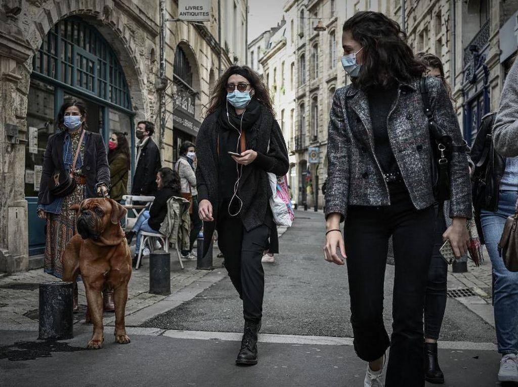 Prancis Lockdown Lagi, Ratusan Warga Gelar Aksi Protes di Paris