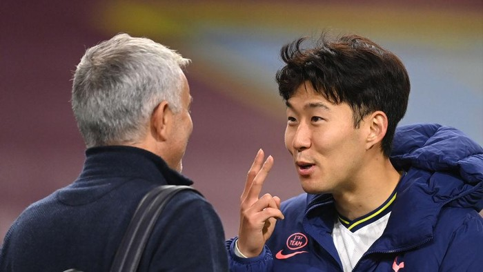 BURNLEY, ENGLAND - OCTOBER 26: Son Heung-Min of Tottenham Hotspur celebrates with Jose Mourinho, Manager of Tottenham Hotspur after the Premier League match between Burnley and Tottenham Hotspur at Turf Moor on October 26, 2020 in Burnley, England. Sporting stadiums around the UK remain under strict restrictions due to the Coronavirus Pandemic as Government social distancing laws prohibit fans inside venues resulting in games being played behind closed doors. (Photo by Michael Regan/Getty Images)