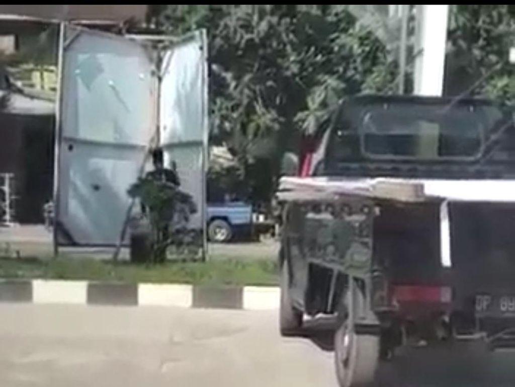Viral Video Pria Ganti APK Paslon, Bawaslu Barru Turun Tangan