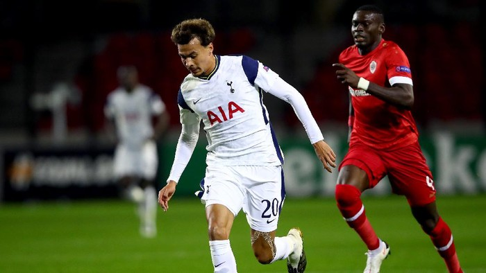 ANTWERPEN, BELGIUM - OCTOBER 29: Dele Alli of Tottenham Hotspur runs with the ball during the UEFA Europa League Group J stage match between Royal Antwerp and Tottenham Hotspur at Bosuilstadion on October 29, 2020 in Antwerpen, Belgium. Sporting stadiums around Belgium remain under strict restrictions due to the Coronavirus Pandemic as Government social distancing laws prohibit fans inside venues resulting in games being played behind closed doors. (Photo by Dean Mouhtaropoulos/Getty Images)