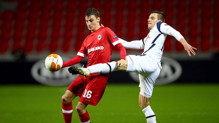 ANTWERPEN, BELGIUM - OCTOBER 29: Pieter Gerkens of Royal Antwerp is challenged by Giovani Lo Celso of Tottenham Hotspur during the UEFA Europa League Group J stage match between Royal Antwerp and Tottenham Hotspur at Bosuilstadion on October 29, 2020 in Antwerpen, Belgium. Sporting stadiums around Belgium remain under strict restrictions due to the Coronavirus Pandemic as Government social distancing laws prohibit fans inside venues resulting in games being played behind closed doors. (Photo by Dean Mouhtaropoulos/Getty Images)
