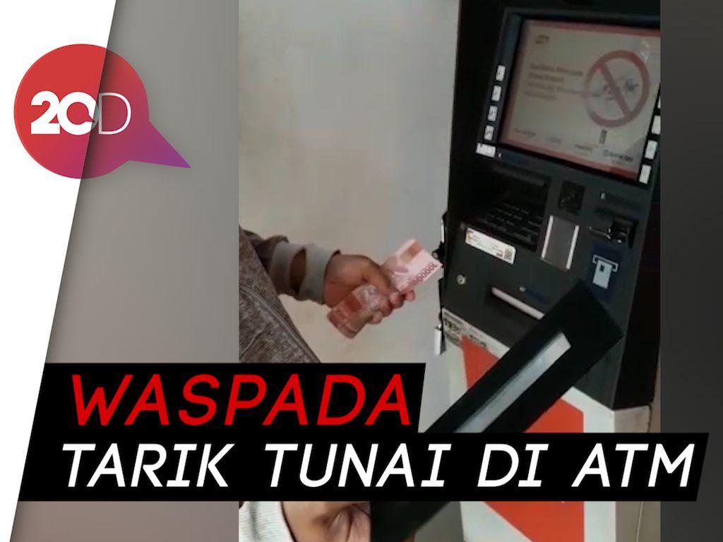 Waspadai Tarik Tunai di ATM, Duit Tak Keluar Terganjal Pelat Besi