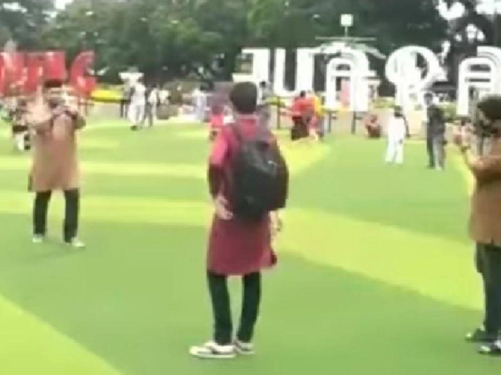 Viral Video Wisatawan Terobos Alun-alun Bandung yang Masih Ditutup