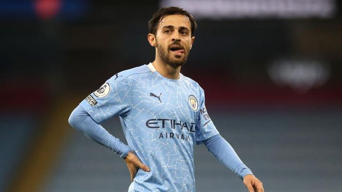 MANCHESTER, ENGLAND - OCTOBER 17: Bernardo Silva of Manchester City looks on during the Premier League match between Manchester City and Arsenal at Etihad Stadium on October 17, 2020 in Manchester, England. Sporting stadiums around the UK remain under strict restrictions due to the Coronavirus Pandemic as Government social distancing laws prohibit fans inside venues resulting in games being played behind closed doors. (Photo by Martin Rickett - Pool/Getty Images)