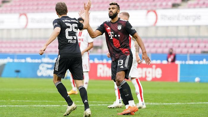 COLOGNE, GERMANY - OCTOBER 31: Thomas Mueller of Bayern Munich celebrates with Eric Maxim Choupo-Moting of Bayern Munich after scoring his sides first goal during the Bundesliga match between 1. FC Koeln and FC Bayern Muenchen at RheinEnergieStadion on October 31, 2020 in Cologne, Germany. Sporting stadiums around Germany remain under strict restrictions due to the Coronavirus Pandemic as Government social distancing laws prohibit fans inside venues resulting in games being played behind closed doors. (Photo by Christian Kaspar-Bartke/Getty Images)