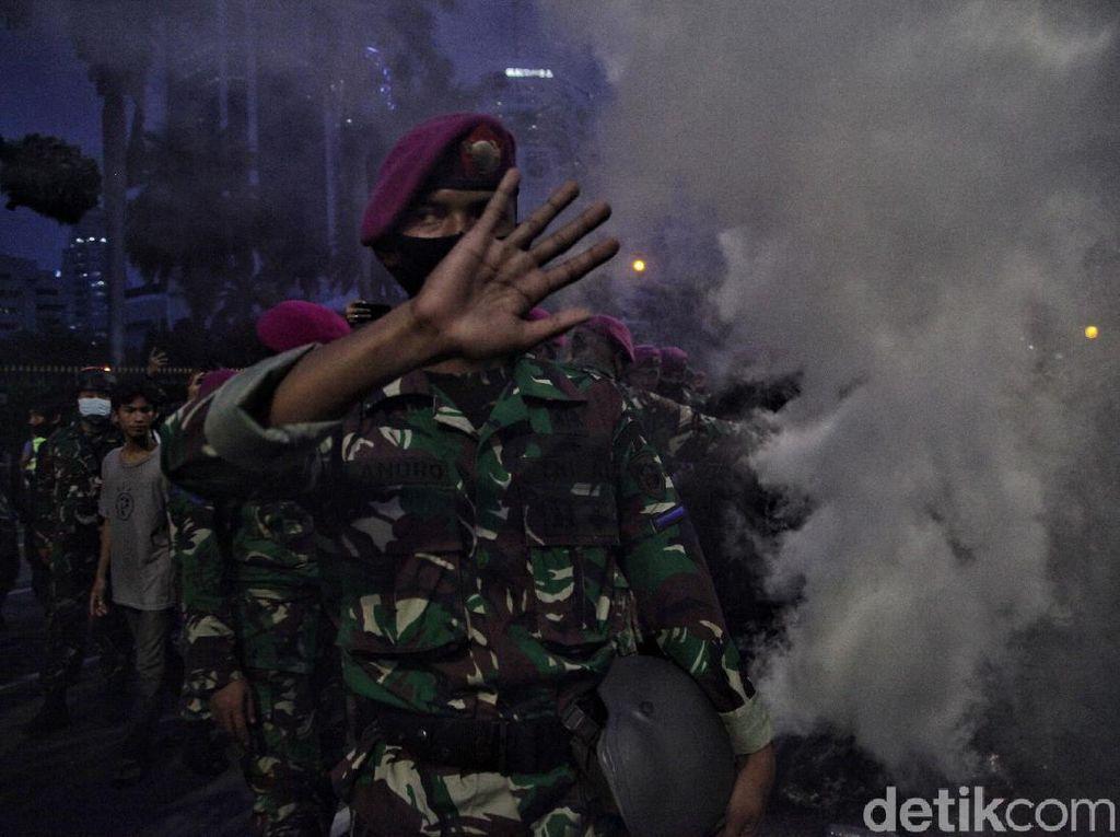 Catatan Oke Marinir Tertibkan Demonstran Tanpa Kekerasan