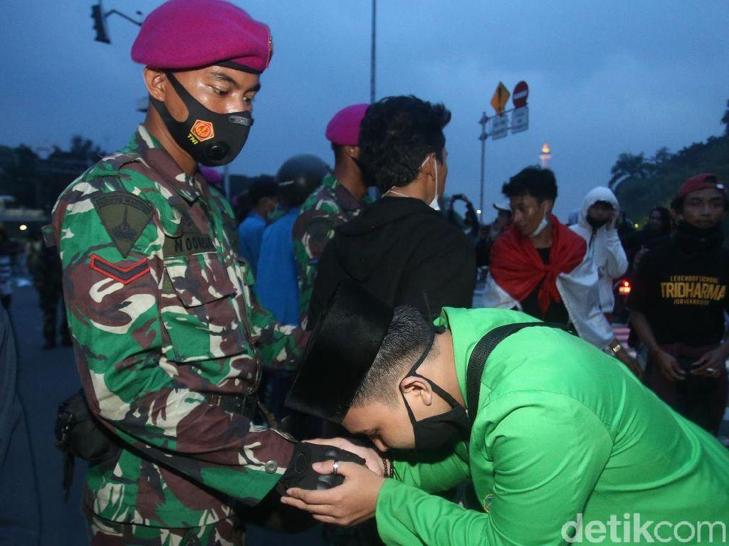 Ada Narasi Hati Nurani di Balik Kedekatan Marinir dan Demonstran