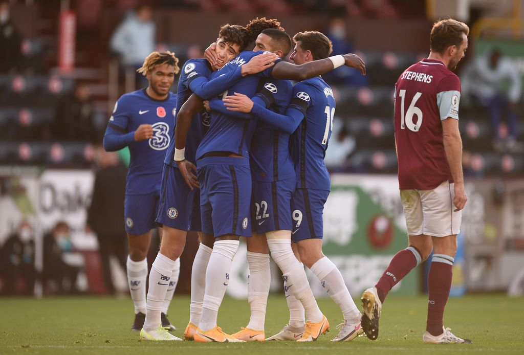 BURNLEY, ENGLAND - OCTOBER 31: Hakim Ziyech of Chelsea celebrates with teammates after scoring his team's first goal during the Premier League match between Burnley and Chelsea at Turf Moor on October 31, 2020 in Burnley, England. Sporting stadiums around the UK remain under strict restrictions due to the Coronavirus Pandemic as Government social distancing laws prohibit fans inside venues resulting in games being played behind closed doors. (Photo by Oli Scarff - Pool/Getty Images)