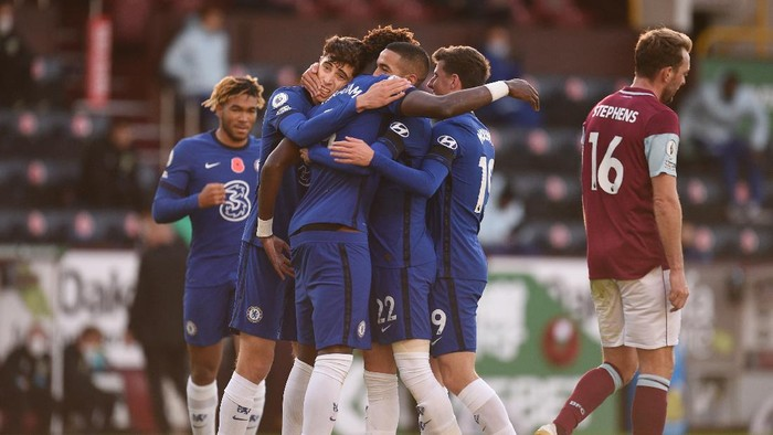 BURNLEY, ENGLAND - OCTOBER 31: Hakim Ziyech of Chelsea celebrates with teammates after scoring his teams first goal during the Premier League match between Burnley and Chelsea at Turf Moor on October 31, 2020 in Burnley, England. Sporting stadiums around the UK remain under strict restrictions due to the Coronavirus Pandemic as Government social distancing laws prohibit fans inside venues resulting in games being played behind closed doors. (Photo by Oli Scarff - Pool/Getty Images)