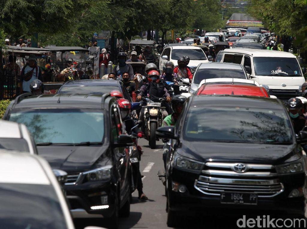Libur Panjang, Kendaraan Mengular di Jalan Malioboro Yogyakarta
