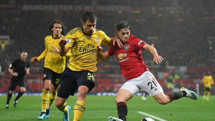 MANCHESTER, ENGLAND - SEPTEMBER 30:   Sokratis Papastathopoulos of Arsenal battles for possession with Daniel James of Manchester United  during the Premier League match between Manchester United and Arsenal FC at Old Trafford on September 30, 2019 in Manchester, United Kingdom. (Photo by Michael Regan/Getty Images)