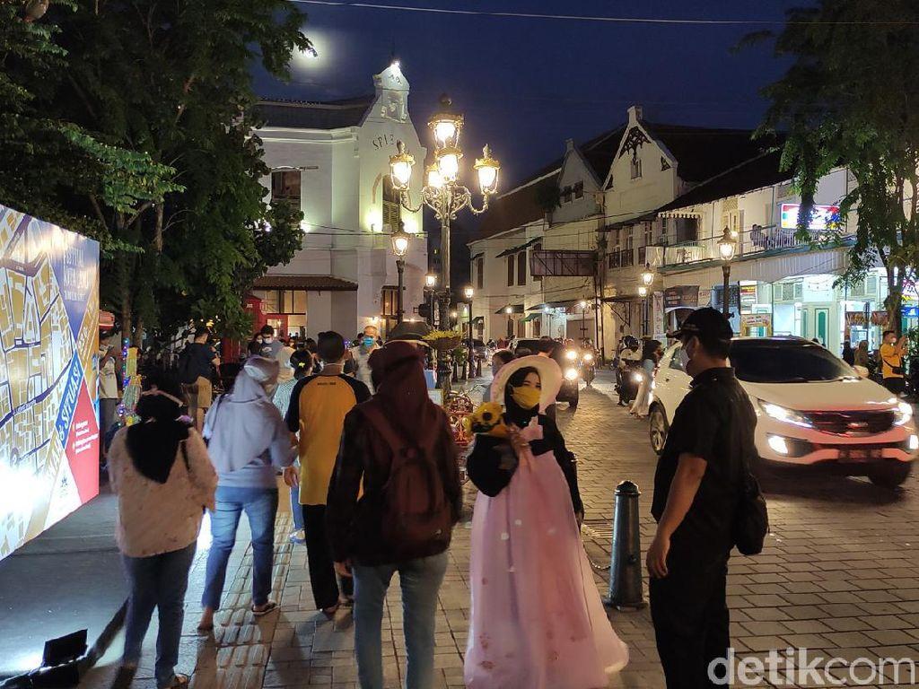 Celebrity on Vacation: Keliling Kota Lama Semarang Naik Skuter