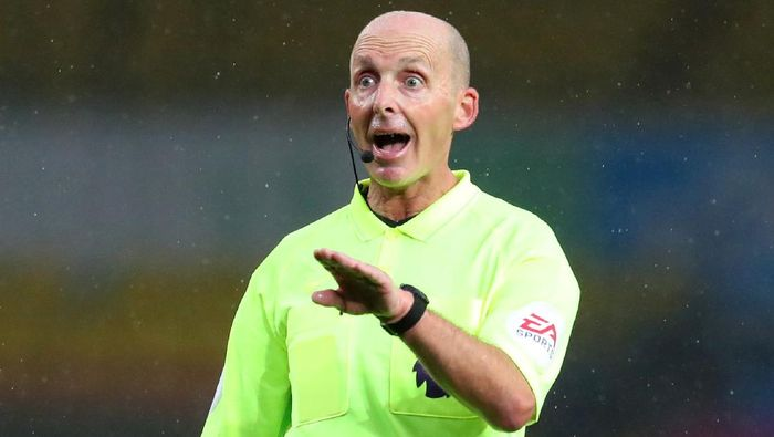LEEDS, ENGLAND - OCTOBER 03: Referee Mike Dean during the Premier League match between Leeds United and Manchester City at Elland Road on October 03, 2020 in Leeds, England. Sporting stadiums around the UK remain under strict restrictions due to the Coronavirus Pandemic as Government social distancing laws prohibit fans inside venues resulting in games being played behind closed doors. (Photo by Catherine Ivill/Getty Images)