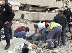 Video Dramatis! Detik-detik Remaja di Turki Dievakuasi dari Reruntuhan