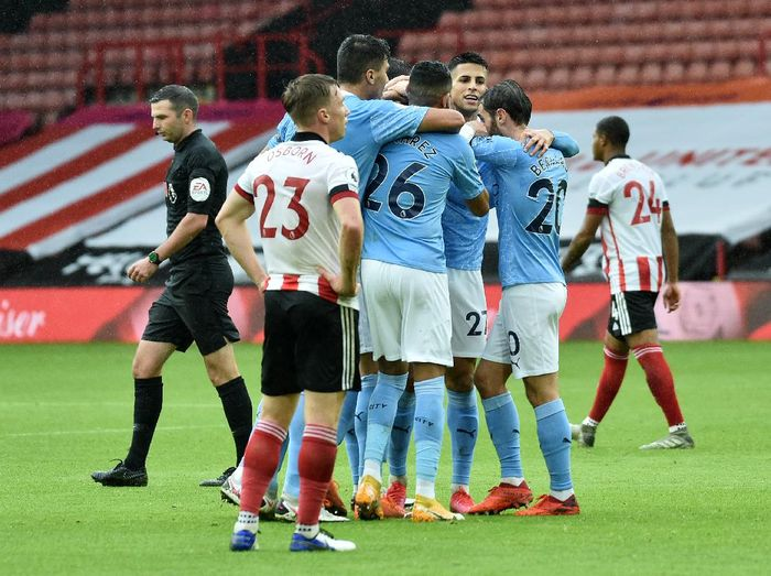 SHEFFIELD, ENGLAND - OCTOBER 31: Kyle Walker of Manchester City celebrates with teammates after scoring his teams first goal during the Premier League match between Sheffield United and Manchester City at Bramall Lane on October 31, 2020 in Sheffield, England. Sporting stadiums around the UK remain under strict restrictions due to the Coronavirus Pandemic as Government social distancing laws prohibit fans inside venues resulting in games being played behind closed doors. (Photo by Rui Vieira - Pool/Getty Images)