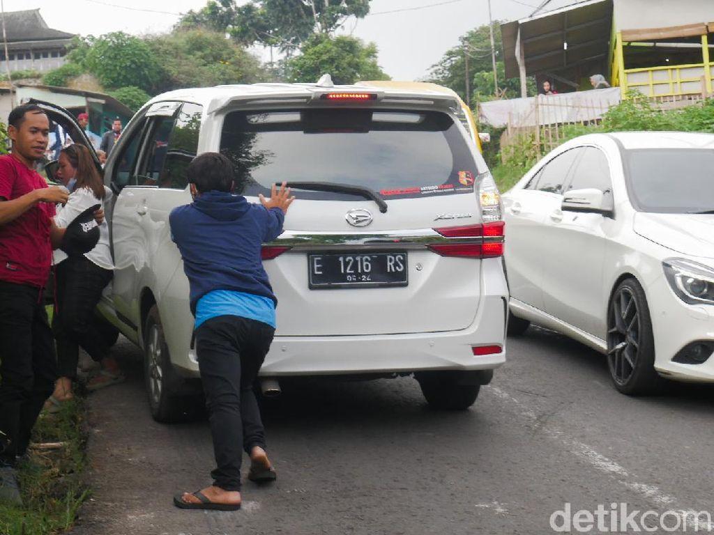 Hati-hati Lewati Tanjakan Naga di Punclut, Banyak Mobil Mogok