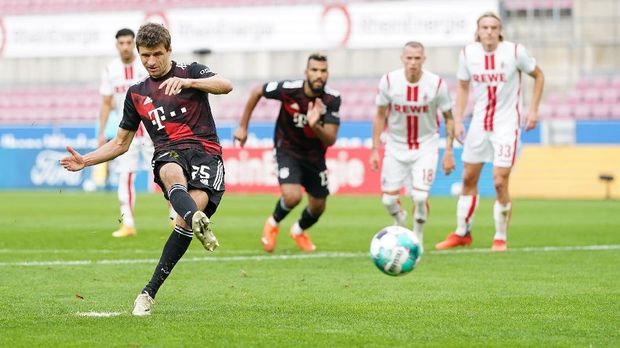 COLOGNE, GERMANY - OCTOBER 31: Thomas Mueller of Bayern Munich scores his sides first goal during the Bundesliga match between 1. FC Koeln and FC Bayern Muenchen at RheinEnergieStadion on October 31, 2020 in Cologne, Germany. Sporting stadiums around Germany remain under strict restrictions due to the Coronavirus Pandemic as Government social distancing laws prohibit fans inside venues resulting in games being played behind closed doors. (Photo by Christian Kaspar-Bartke/Getty Images)