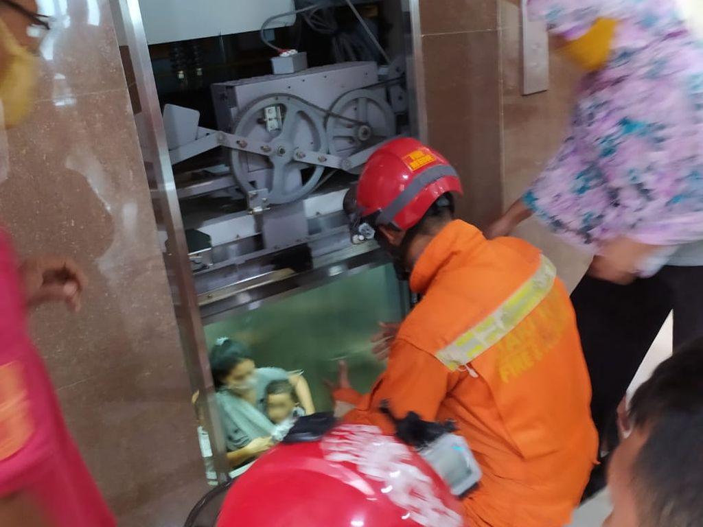 Video Detik-detik Petugas Evakuasi 3 Orang yang Terjebak Dalam Lift