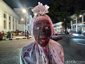 Wisatawan Sampai Pocong Ramaikan Alun-alun Bandung Malam Ini