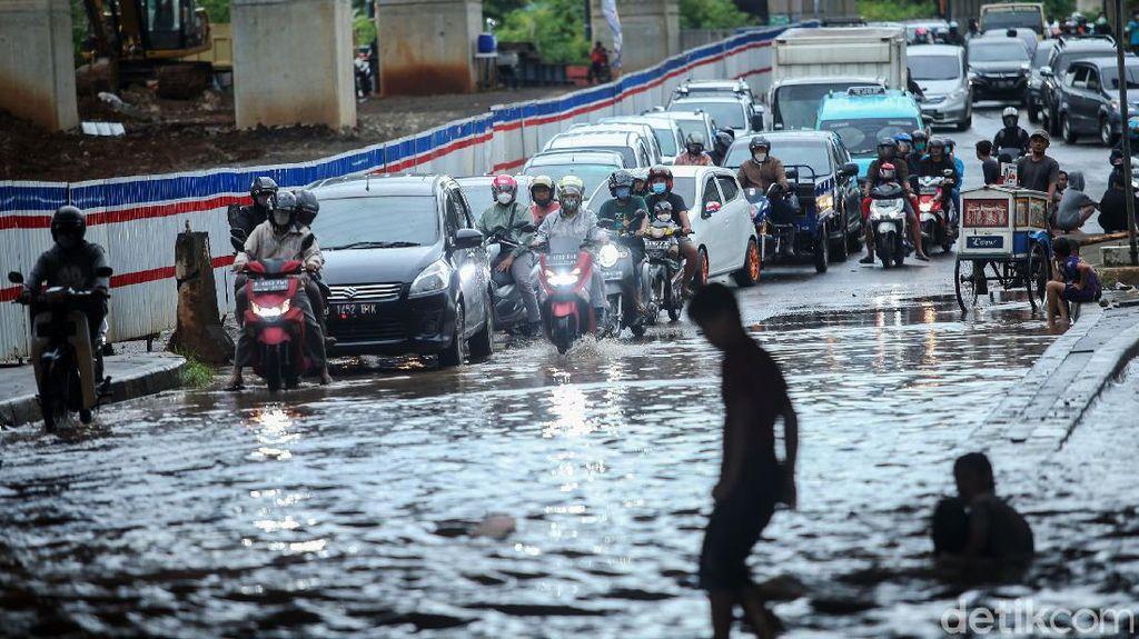 Banjir Rendam Kolong Tol JORR Bekasi