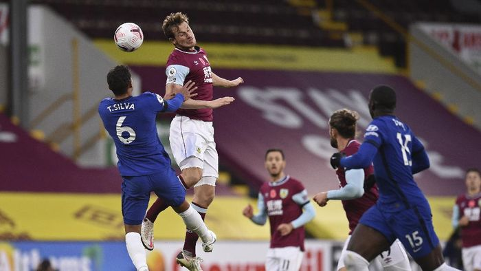 Chelseas Thiago Silva, left jumps for the ball Burnleys Chris Wood during an English Premier League soccer match between Burnley and Chelsea at the Turf Moor stadium in Burnley, England, Saturday Oct. 31, 2020. (Oli Scarff/Pool via AP)
