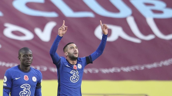 Chelseas Hakim Ziyech, right, celebrates after he scored his sides opening goal during an English Premier League soccer match between Burnley and Chelsea at the Turf Moor stadium in Burnley, England, Saturday Oct. 31, 2020. (Alex Pantling/Pool via AP)