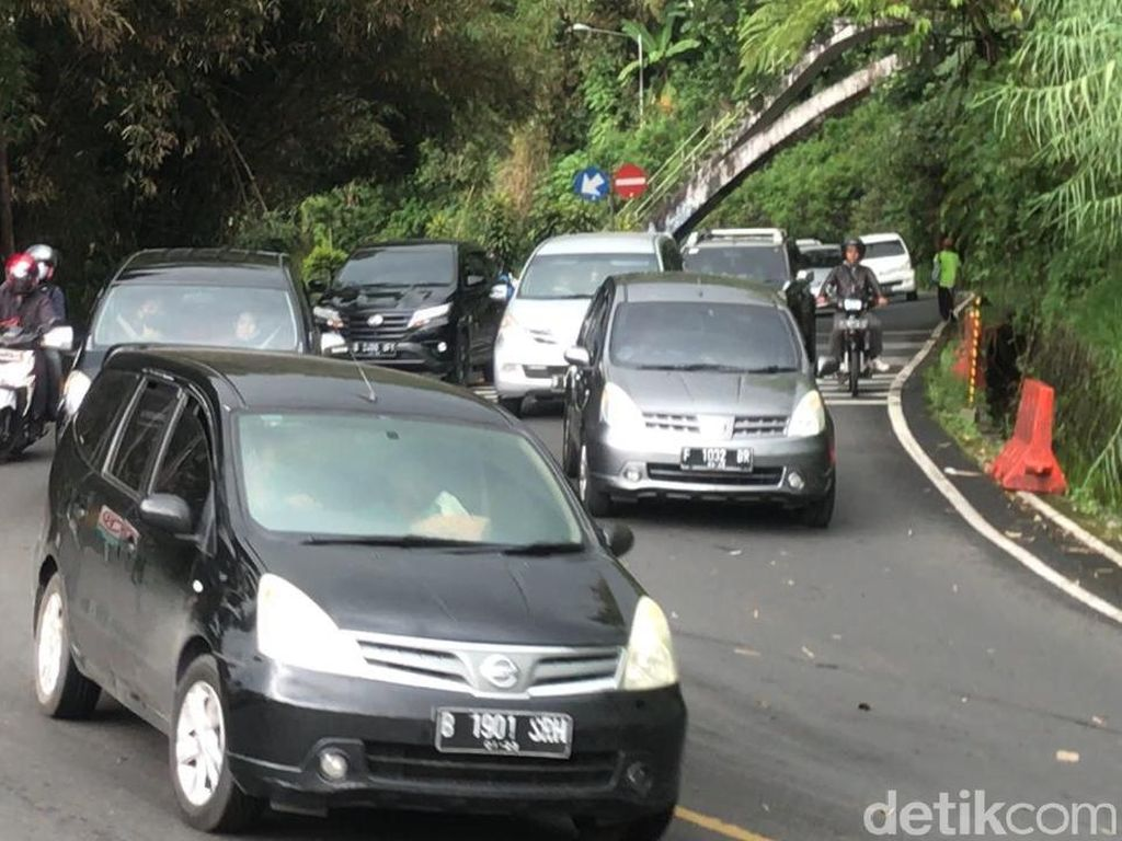 Volume Kendaraan Meningkat, One Way Puncak Arah Jakarta Diberlakukan