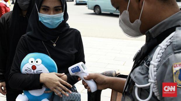 Pengunjung kawasan wisata Kota Tua, Jakarta Barat melonjak dari hari pertama cuti bersama pada akhir pekan ini. Penerapan protokol kesehatan pandemi Covid 3M dan sterilisasi halaman tengah museum Fatahilah. Minggu (1/11/2020). CNN Indonesia/Andry Novelino
