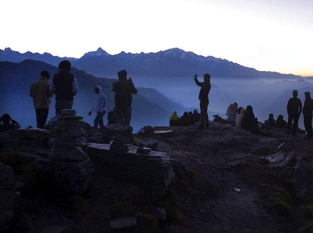 Melihat Matahari Terbit dari Puncak Pegunungan Himalaya
