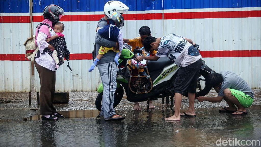 Motor Mogok Akibat Terobos Banjir di Kolong Tol JORR Bekasi