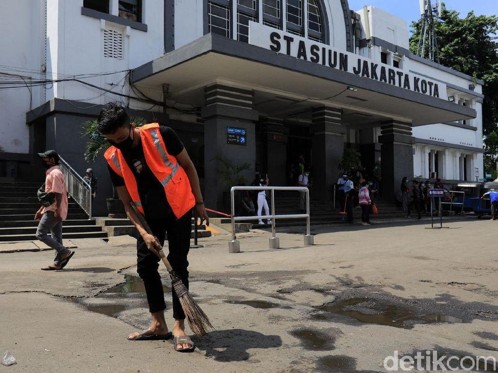 Pelanggar Protokol Kesehatan Dihukum Nyapu Jalan di Kota Tua