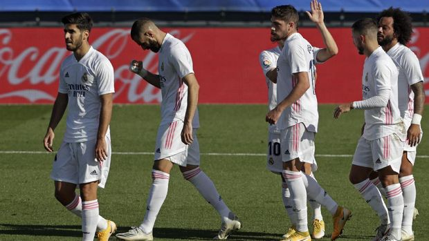 Real Madrid's Karim Benzema, second left, jubilates with teammates after scoring his side's second goal during the Spanish La Liga soccer match between Real Madrid and Huesca at Alfredo di Stefano stadium in Madrid, Spain, Saturday, Oct. 31, 2020. Benzema scored twice in Real Madrid's 4-1 victory. (AP Photo/Manu Fernandez)