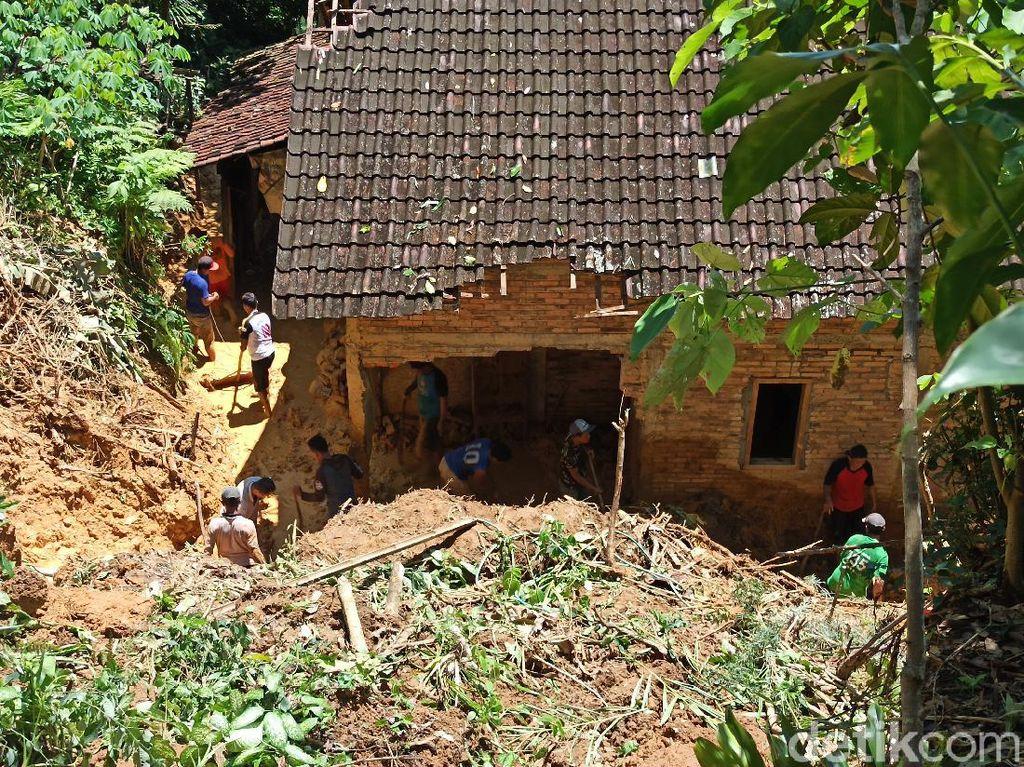 Sebuah Rumah Warga Trenggalek Rusak Tertimpa Longsor Tebing 15 Meter