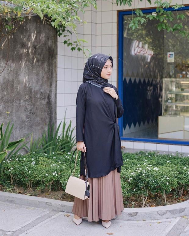 Tunik aksen ikat samping dan bawahan pleated skirt untuk tampilan lebih anggun dan berkelas