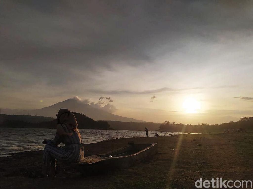 Menikmati Senja di Waduk Setupatok Cirebon, Wisata Murah Saat Pandemi