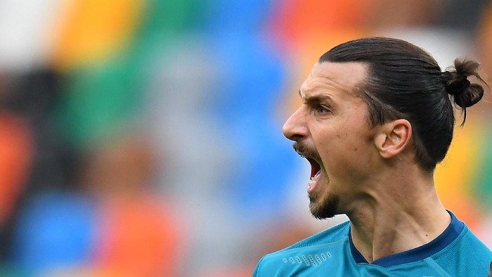 UDINE, ITALY - NOVEMBER 01: Zlatan Ibrahimovic of AC Milan  celebrates after scoring his teams second goal during the Serie A match between Udinese Calcio and AC Milan at Dacia Arena on November 01, 2020 in Udine, Italy. (Photo by Alessandro Sabattini/Getty Images)