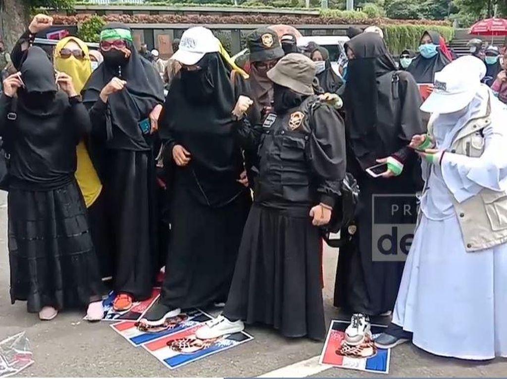 Aksi Bela Nabi di Bandung Digelar, Massa Injak-injak Poster Macron!