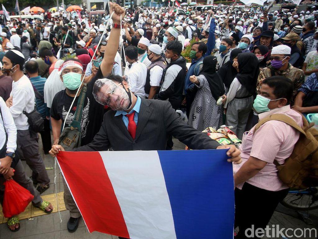Aksi Teatrikal Presiden Prancis Digantung-Diarak di Kedubes Prancis