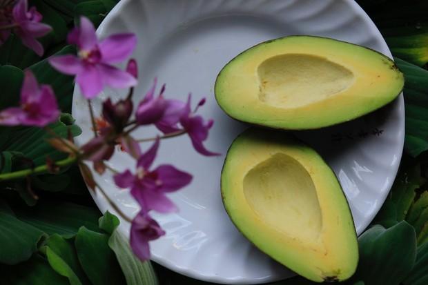 Kandungan vitamin E pada alpukat ini juga meningkatkan regenerasi sel kulit hingga kamu selalu memiliki kulit yang bercahaya.